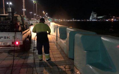 Limpieza acomete trabajos de desinfección en los exteriores de Hogar Betania y baldeo nocturno en el paseo marítimo de Poniente