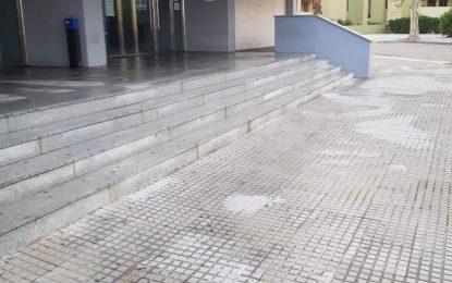 Limpieza realiza tareas de desinfección en el exterior del Palacio de Congresos y la estación de autobuses