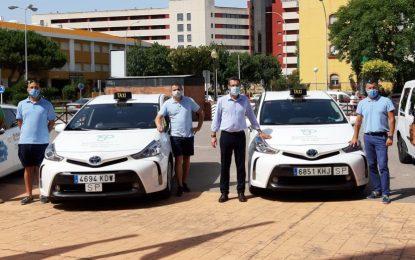 Los taxistas linenses lucen en sus vehículos el distintivo del 150 Aniversario de La Línea