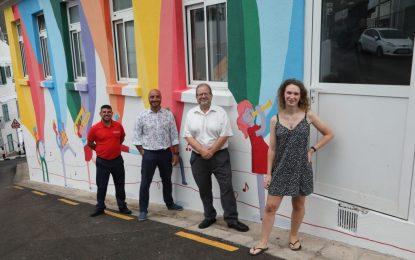 Finalizado el mural de arte callejero en la fachada de la Academia de Música y Artes Escénicas de Gibraltar elaborado por una de sus estudiantes