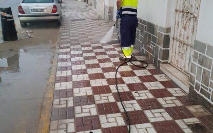 Limpieza realiza trabajos de baldeo nocturno en el Paseo de Levante y la desinfección de centros de salud y la oficina del la Seguridad Social