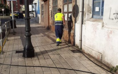 Los trabajos de desinfección se han realizado hoy en paradas de autobuses y taxis de la Plaza de la Constitución