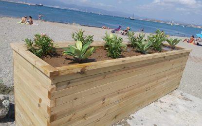 Playas instala un nuevo macetero en la playa de Poniente y acomete reparaciones de duchas, pasarelas y el parque de calistenias
