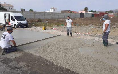 Mantenimiento Urbano crea una superficie hormigonada para los contenedores del camino de Torrenueva