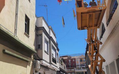 Turismo instala paraguas colgantes en la calle Cadalso