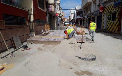 El teniente de alcalde de Infraestructuras inspecciona los trabajos de peatonalización del centro de la ciudad que se encuentran muy avanzados
