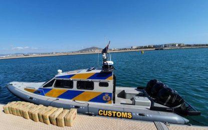 Aduanas se incauta de 418 kilos de resina de cannabis por valor de dos millones de libras tras una persecución en el mar