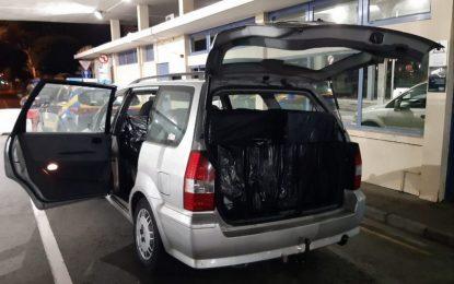 Efectivos de la Unidad de Vigilancia del Servicio de Aduanas confiscan 900 cartones de cigarrillos y detienen a una persona