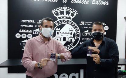 El alcalde renueva su abono de socio de la Real Balompédica Linense