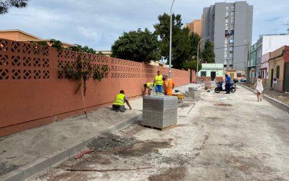 Ejecutados trabajos de mejoras en la pavimentación y acerados de la calle Málaga para favorecer los accesos al colegio Las Mercedes