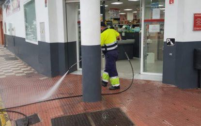 Limpieza realiza trabajos de desinfección en la zona de Mondejar y en los exteriores del colegio Isabel La Católica