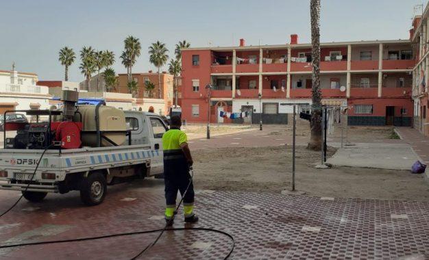 Limpieza acomete trabajos de desinfección en los exteriores de los colegios