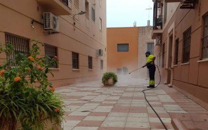 Limpieza desinfecta los accesos a la comisaria, la jefatura de la Policía Local y el cuartel de la Guardia Civil