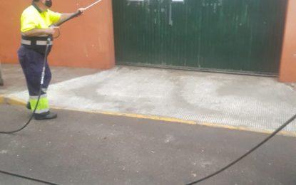El Ayuntamiento desinfecta el colegio Isabel la Católica y zonas comerciales de los Junquillos