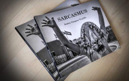 El Museo Cruz Herrera recibe la donación del libro de fotografías 'Sarcasmus', del linense Rubén Vázquez