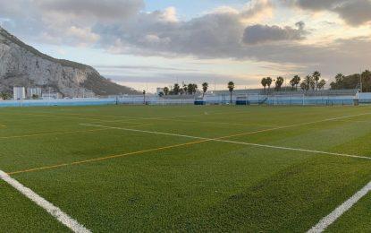Deportes repone el caucho del campo José Puyol para prolongar la vida útil de la instalación