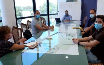 Correos informa al alcalde del refuerzo de medios materiales y humanos para la oficina de reparto de La Línea