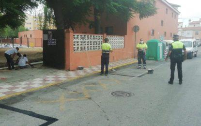 Policía Local, Mantenimiento Urbano y Educación  acondicionan  y señalizan los accesos en desuso de los centros educativos