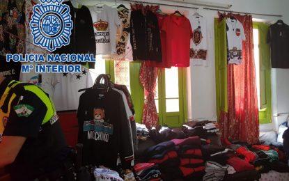 La Policía Nacional desmantela en La Línea de la Concepción un punto de venta con más de 1500 prendas de ropa falsificada de primeras marcas