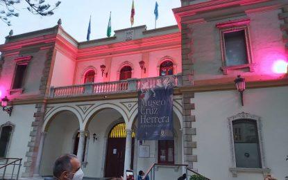 Iluminación rosa en edificios municipales contra el cáncer de mama