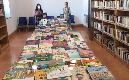 La biblioteca municipal recibe los primeros libros incluidos en la subvención concedida por la consejería de Cultura de la Junta de Andalucía