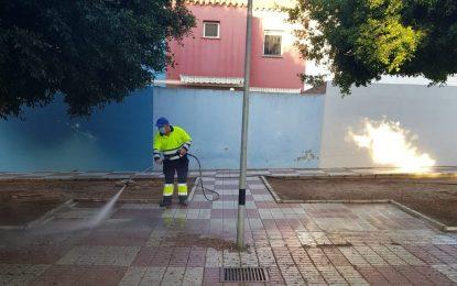 Limpieza acomete trabajos de desinfección en exteriores del colegio Isabel La Católica y varias calles de la ciudad