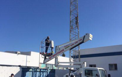 Instalados 24  proyectores en las torres de iluminación del campo de fútbol Antonio Reyes