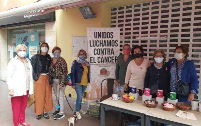 Zuleica Molina ha visitado la mesa informativa contra el cáncer instalada por Apron en la calle Real
