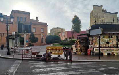 Mantenimiento Urbano realiza trabajos  de rebaje de aceras en la Plaza de la Constitución para facilitar el tránsito de personas con movilidad reducida