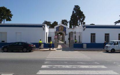 La Policía Local establece un dispositivo especial de vigilancia para controlar accesos y cumplimiento de la normativa anti-Covid en el Cementerio