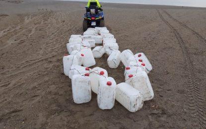 La Policía Local intercepta un centenar de garrafas en la playa de la Alcaidesa con más de 2.500 litros de gasolina