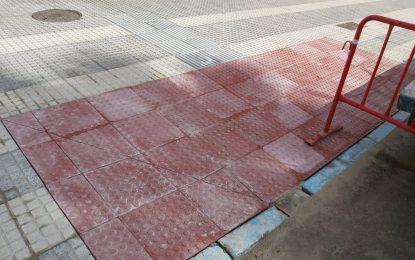 Mantenimiento Urbano prosigue con los trabajos de rebaje de acerados para facilitar el tránsito de personas con movilidad reducida
