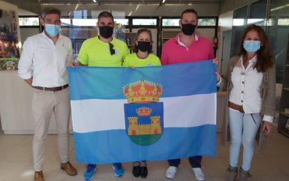 Turismo hace entrega de una bandera de la ciudad a un joven peregrino del Camino de Santiago