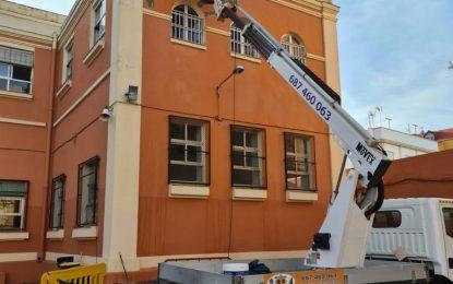 El alcalde ha visitado el CEIP Buenos Aires  donde una fuga de agua obligó a suspender las clases presenciales