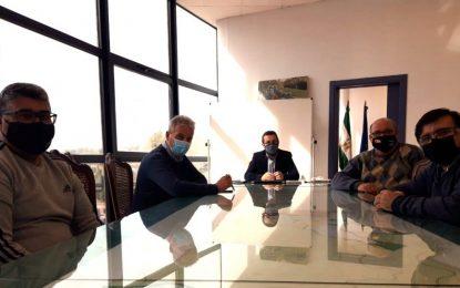 El alcalde conoce a la junta directiva de una nueva asociación de colombicultura y ornitología