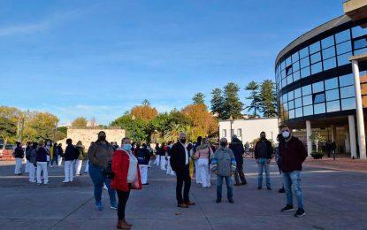 Desde Izquierda Unida y Podemos La Línea, apoyamos totalmente las justas reivindicaciones de mejora salarial de las trabajadoras del Servicio de Ayuda a Domicilio acompañándolas en la concentración realizada frente al Ayuntamiento de La Línea este viernes 27 de noviembre