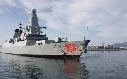 El buque de la Royal Navy HMS Dragon regresa a la Base Naval de Su Majestad en Gibraltar para recibir apoyo logístico de rutina