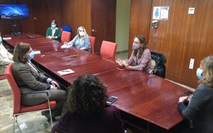 La gerente del Área del Campo de Gibraltar Este (La Línea) visita la Delegación de Salud y Familias para avanzar en materia de coordinación