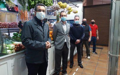 El alcalde respalda la campaña de promoción  suscrita entre la Asociación de Comerciantes del Mercado y la Clínica Doctor Espinel