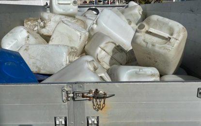Playas retira petacas de gasolina  vacías aparecidas en el litoral