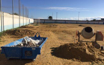Javier Vidal visita las instalaciones de los campos de fútbol Pujol y Pozo para conocer el avance de las obras de mejoras