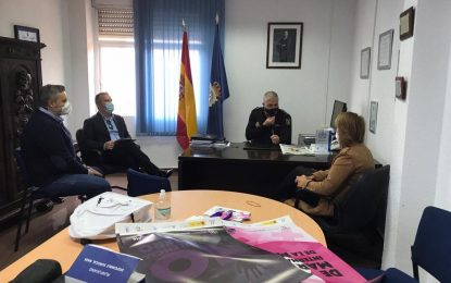 Zuleica Molina reparte material de sensibilización entre las entidades que integran la Comisión de Violencia de Género del Ayuntamiento