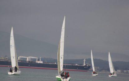 La ausencia de viento impidió la celebración de la primera prueba del Campeonato de Andalucía de j80 en La Línea de la Concepción