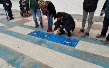 El alcalde ha participado esta mañana en el pintado de pasos de peatones con pictogramas para favorecer la movilidad de niños/as con autismo