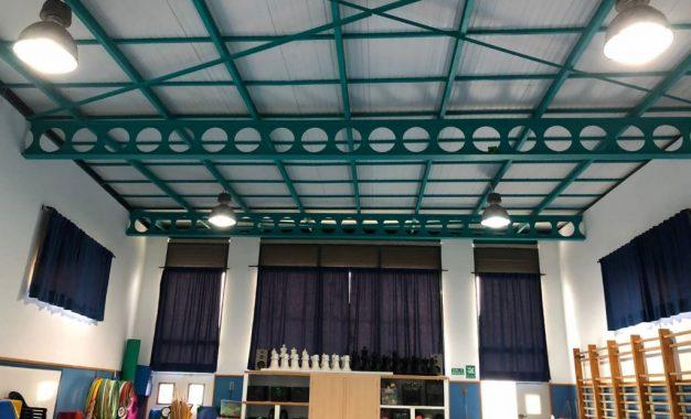 Mantenimiento Urbano sustituye las luminarias de los colegios Santiago y Rocio por tipo led para favorecer la eficiencia energética