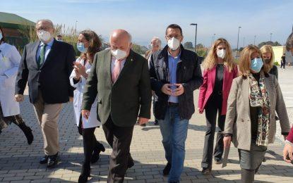 El alcalde agradece al consejero de Salud y Familia su visita al hospital comarcal