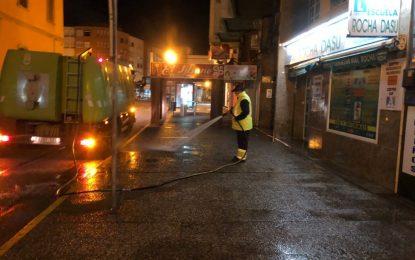 Limpieza realiza trabajos de desinfección en los exteriores de los colegios Isabel La Católica y Pedro Simón Abril