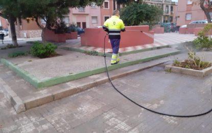 Limpieza realiza trabajos de desinfección en las inmediaciones de los colegios Isabel La Católica y Pablo Picasso