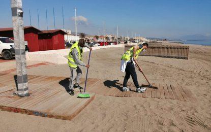 Playas confirma que mañana se iniciará la retirada de las algas acumuladas en el litoral de Poniente