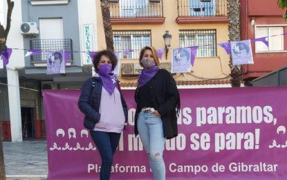 Zuleica Molina visita el Punto Violeta instalado por Marea Violeta en la plaza Cruz Herrera